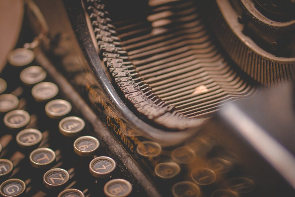 a closeup image of an old typewriter representing Carmen Lyra first novel En Una Sida de Ruedas published in 1918